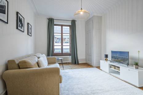 Located in a beautiful Haussmanian building this apartment will secure you with his charme and location. Not even 100m away form the lake and the biggest parc in Geneva, be sure not to lose time going to the city center it is not even 10 minutes by foot.