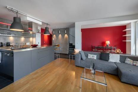 Enjoy the comfort of a large and luminous two bedroom furnished apartment in Lancy. Entirely renovated, it offers a fully equ