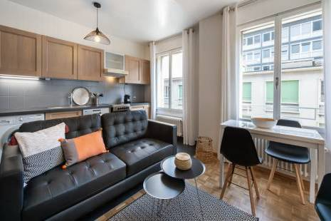 This wide apartment is ideally located 1 minute walk from the famous Plaine de Plainpalais. Perfect for a family, the flat consists of 1 comfortable master bedroom, 1 small bedroom, and one fully equipped kitchen opened on the living room. On the 4th floor, this crossing apartment offers a quiet bedroom oriented on the courtyard.