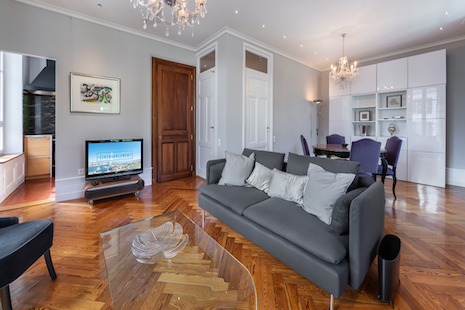 Spacious two-bedroom apartment with balcony and water view. Large living room and dining room overlooking the Rhône with a b