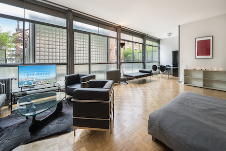 Spacious and new loft apartment with terrace in a prestigious building of Geneva. It offers a large living piece, with a part for the bedroom, a luminous kitchen and a living room. Enjoy the luxury of the finishings, high quality fixtures and a terrace in the center of Geneva.