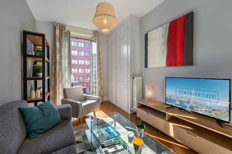 The apartment is ideally located close to international organizations (United Nations). It is composed of a fully equipped kitchen. A bathroom with bathtub. A large bedroom with a double bed. A modern and cosy lounge overlooking the balcony. In addition, shops and transport are nearby.