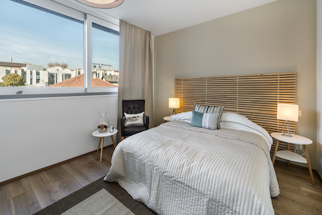 This brand new building, so the apartment was just finished, enjoy a very technological flat with a touchpad to set the temperature and lights... The decoration blends modernity and comfort.