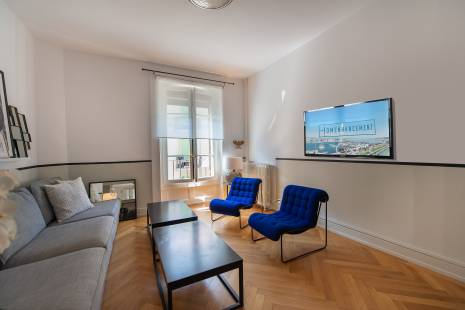 Situated beside Lake Geneva, this newly renovated apartment has access to all major transport links. Saint Gervais recently became the trendy neighborhood of Geneva, with all its bars, restaurant and new concepts as well as an easy access to the Rhône and the lake.