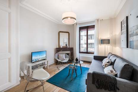 This elegant apartment has been recently renovated to offer a high quality standard equipment. It is decorated in a modern design, mixing natural colors with petrol blue. This furnished apartment has the particularity of having an alcove in the living room, which gives a separation between the working area and the relaxation area. The bedroom with its double bed is ideal to accommodate a single person or a couple. The convivial kitchen is fully equipped for your comfort and contains a dining table. Finally, the bathroom offers a bathtub. You will also appreciate the ideal location of the apartment, situated in a calm district nearby the train station and Plainpalais. The apartment is on the 2nd floor without lift.