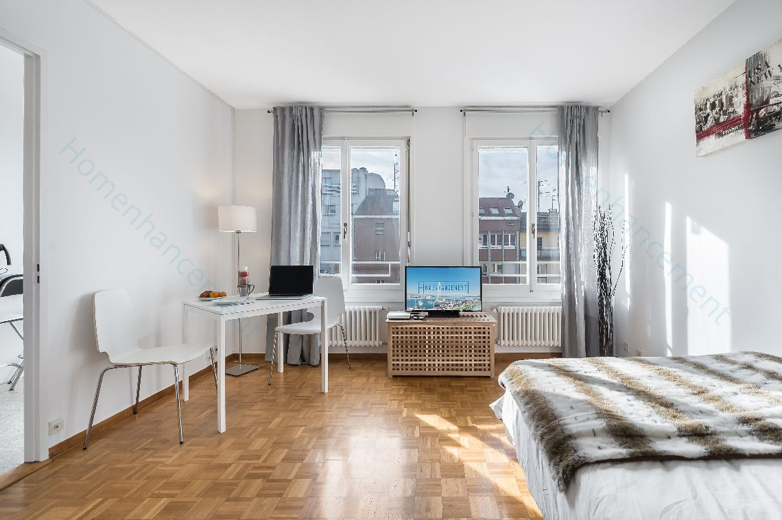 This wide apartment is ideally located 1 minute walk from the famous Plaine de Plainpalais. Perfect for a family, the flat co