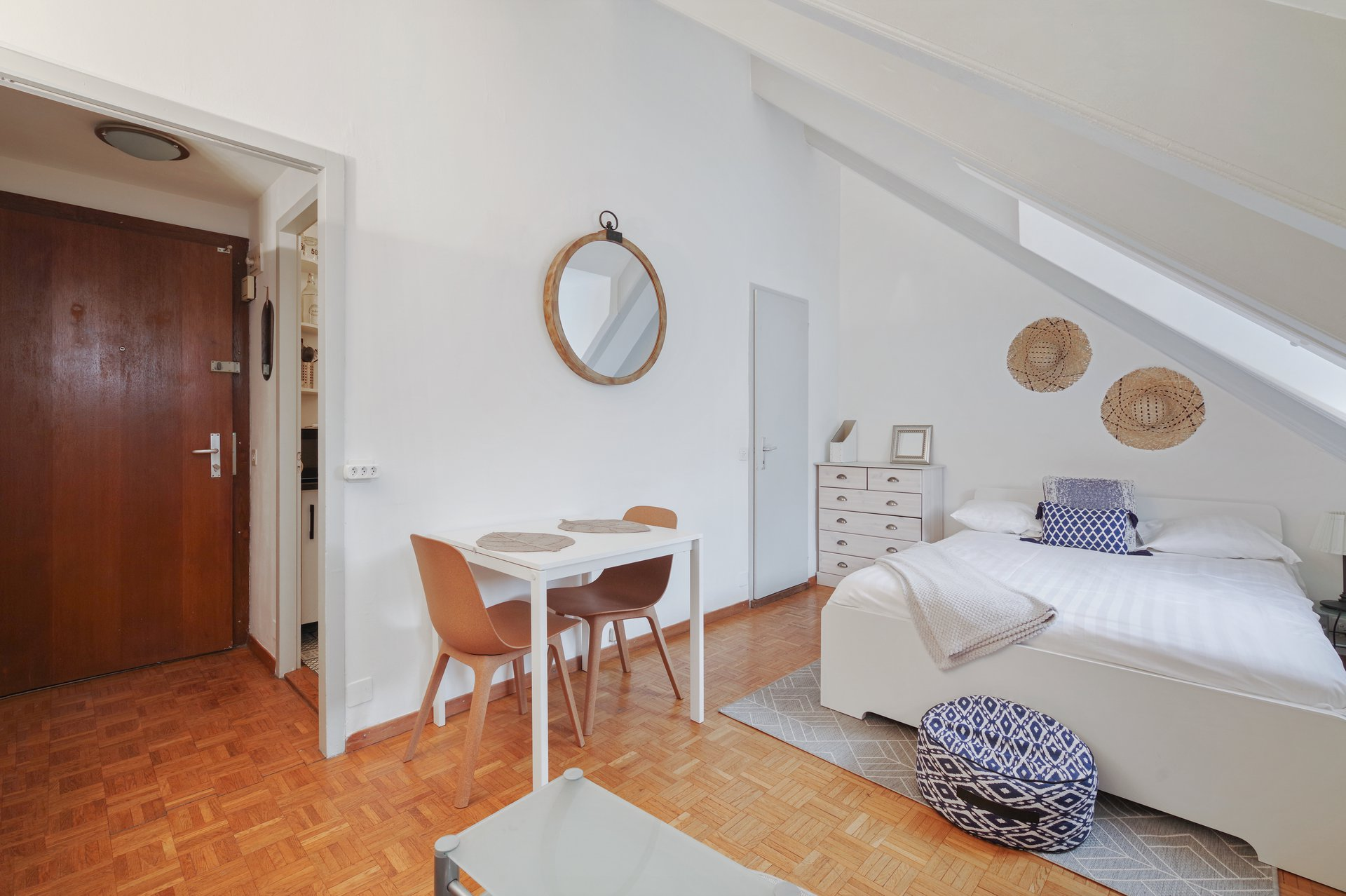With exposed charming wooden beams, you will feel like in a cocoon. Really functional apartment, with a well-equipped kitchen