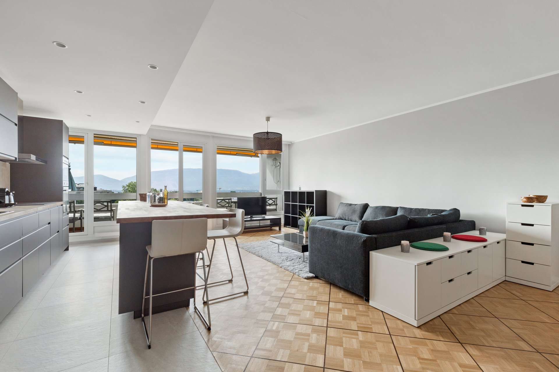 Enjoy the comfort of a large and luminous two bedroom furnished apartment close to Nations. Entirely renovated, it offers a f